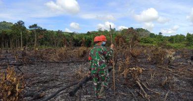 Personel Koramil Mandor Saat Mendatangi Lokasi Hotspot di Desa Sum sum Kecamatan Mandor