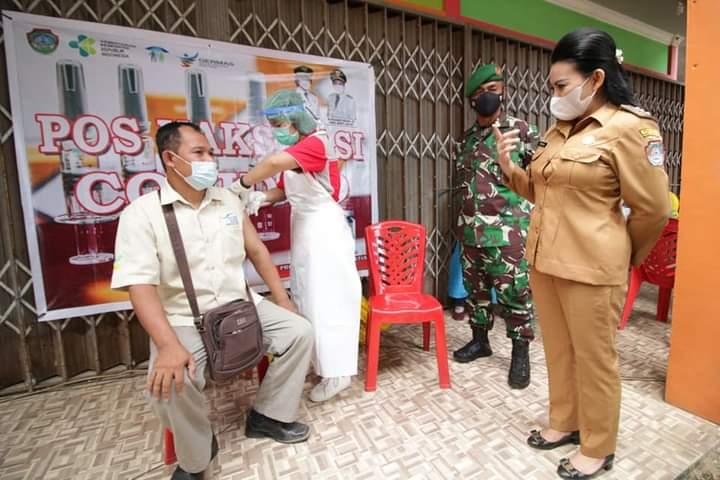 Bupati Landak Tinjau Pelaksanaan Vaksinasi COVID-19 Untuk Perdagang di Terminal Ngabang