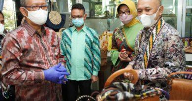 Menteri Koperasi dan UKM Teten Masduki melakukan kunjungan kerja ke Gedung UMKM Center Pontianak, Minggu (28/3/2021).