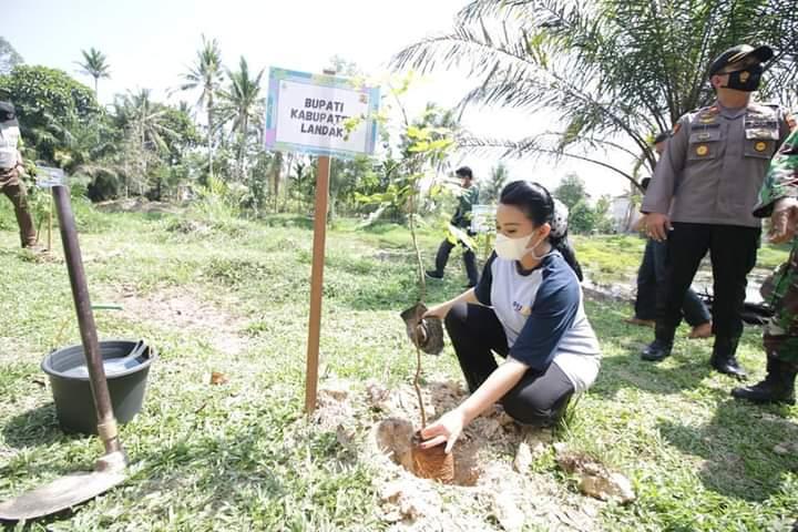 Hari Air Dunia, Bupati Karolin Tanam Pohon dan Lepaskan Bibit Ikan di Kawasan Makam Juang Mandor