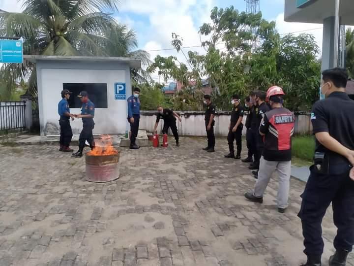 Damkar Satpol-PP Landak Latih Petugas PLN Ngabang Padamkan Kebakaran