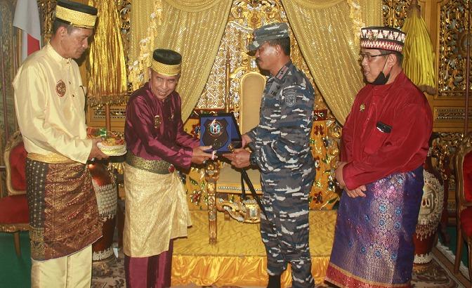 Komandan Lantamal XII/Pontianak Kunjungi Keraton Isamahayana Landak