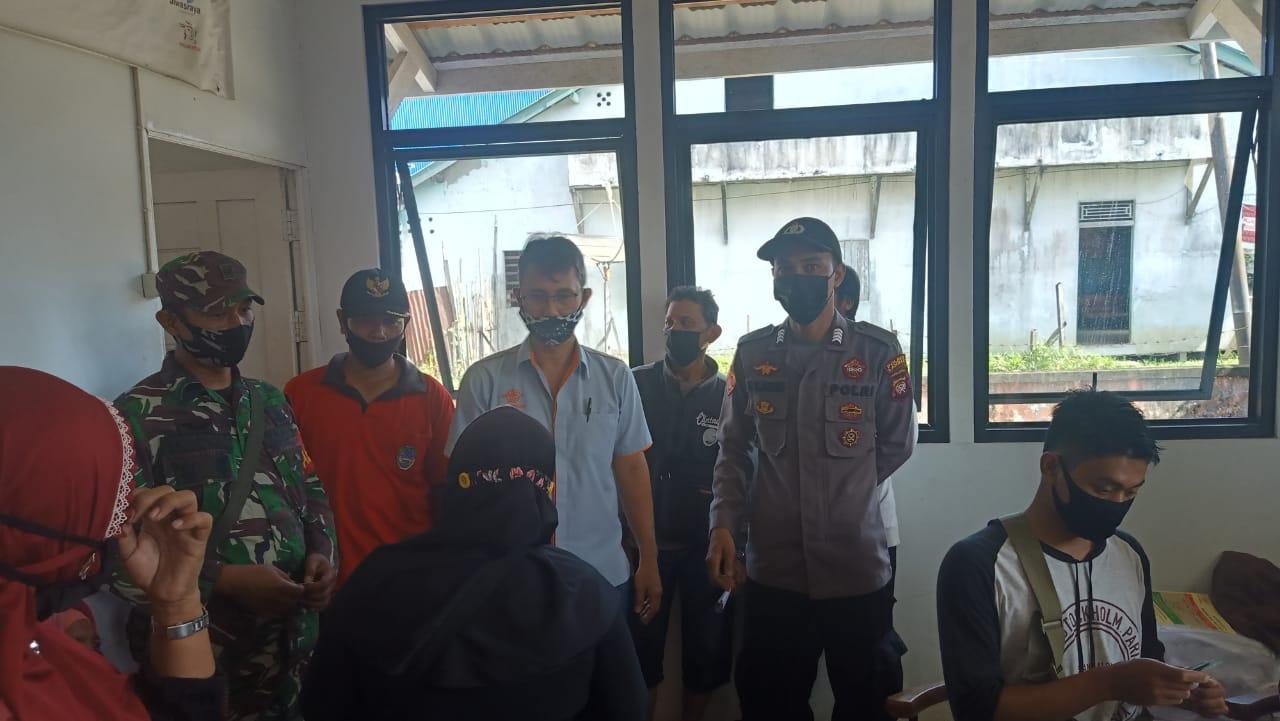 Anggota Koramil dan Polsek Ngabang Beri Pengamanan Penyaluran BST