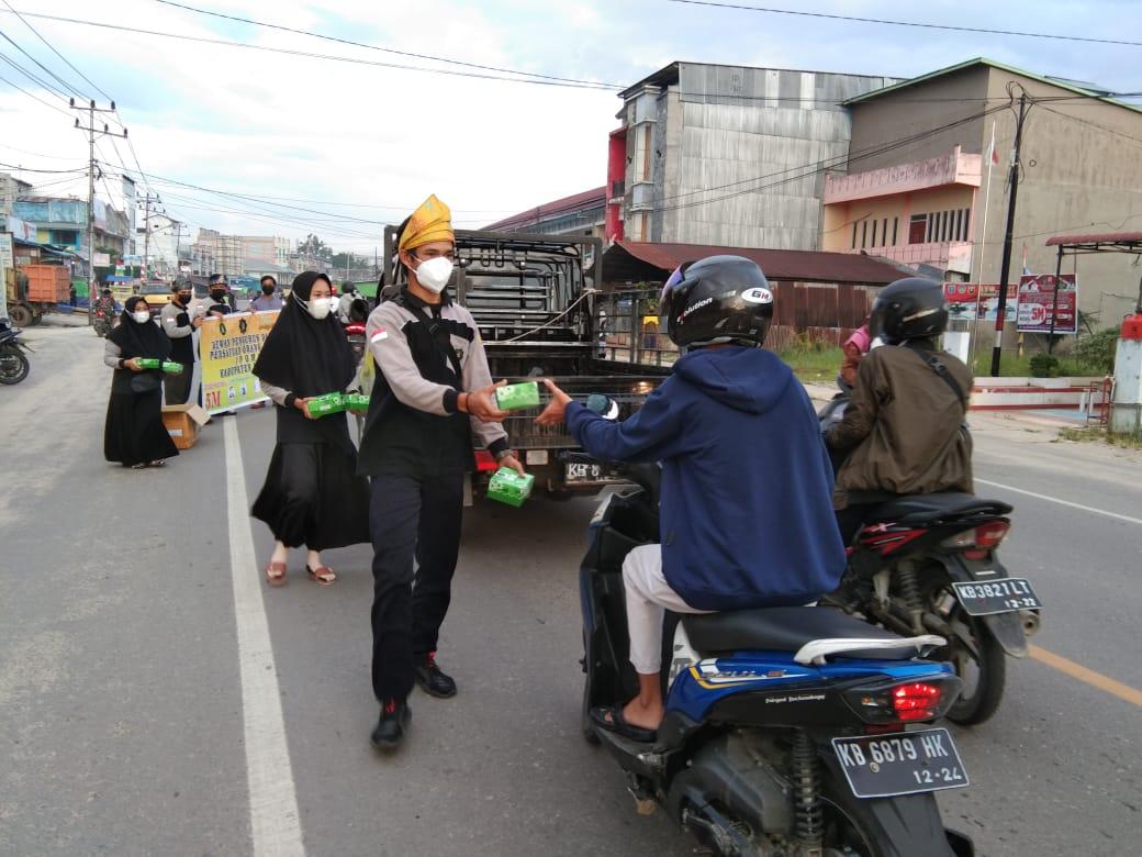 Bersama Ormas POM Landak, Polsek Ngabang Bagikan Takjil dan Masker