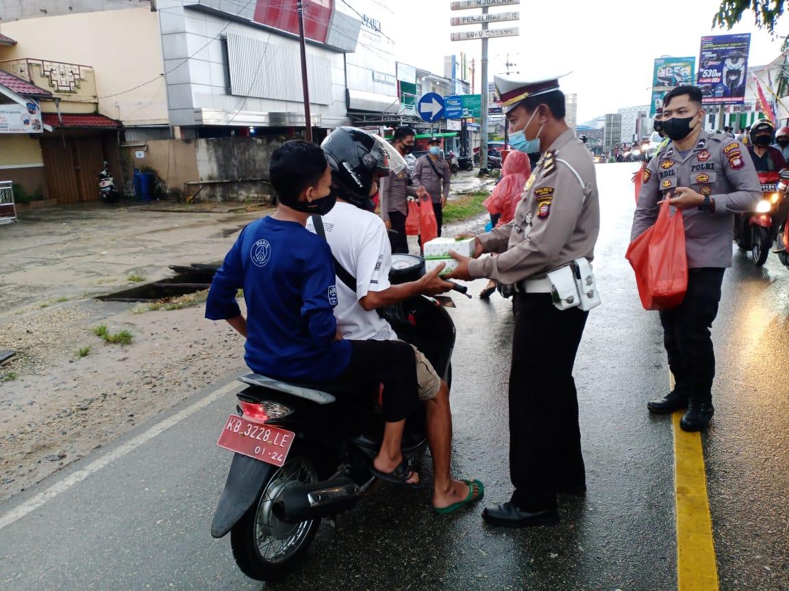 200 Kotak Takjil Gratis Dibagikan Bhayangkari Polres Landak