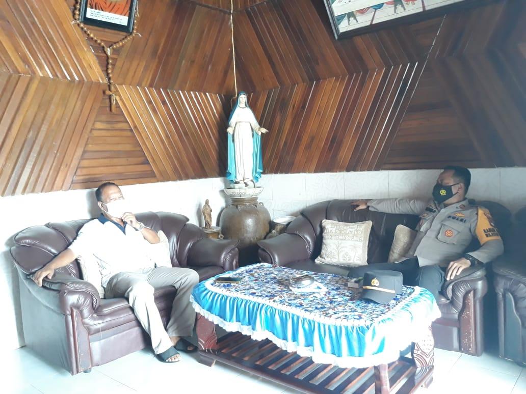 Kunjungi Ketua DAD Kecamatan Mandor, Kapolsek Bahas Situasi Kamtibmas
