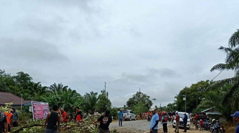 perbaikan sistim Kelistrikan di Ngabang setelah bencana angin puting beliung