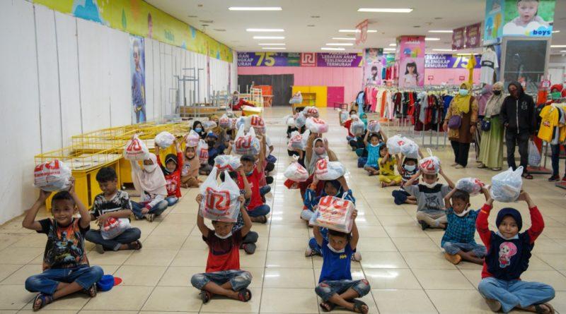 Ketua IKA-PTK Kota Pontianak Iwan Amriady mengatakan, sebagai wujud kepedulian dengan sesama, IKA-PTK Kota Pontianak bersama IKA-PTK Provinsi Kalbar menggelar bakti sosial dengan mengajak anak-anak yatim piatu berbelanja pakaian untuk merayakan Idulfitri 1442 Hijriyah.