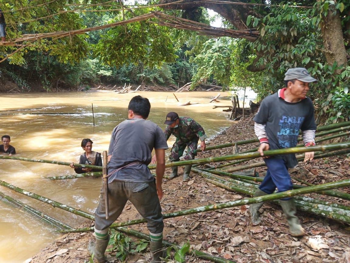Babinsa Koramil Menjalin Gotong Royong Buat Jembatan Darurat
