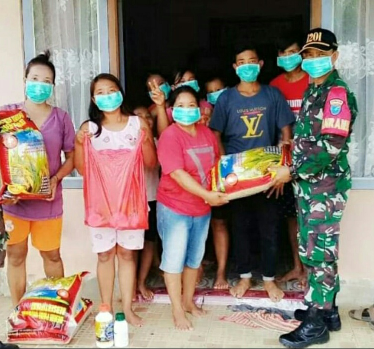 Stimulan Poktan di Desa Paloan, Danramil Sengah Temila Serahkan Bantuan Bibit Padi dan Pupuk