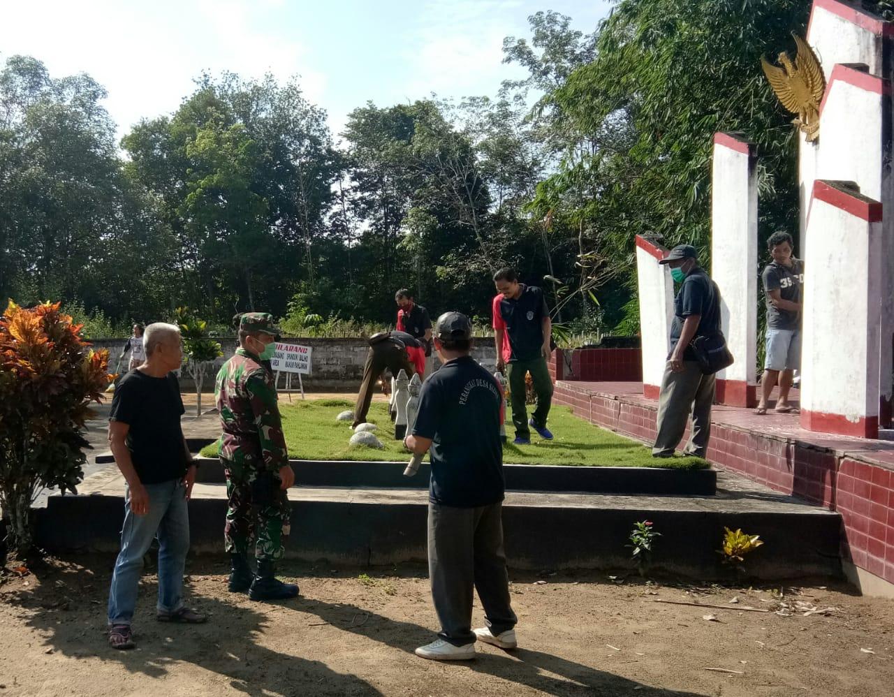 Jelang Peringatan Hari Lahir Pancasila, Koramil Sengah Temila Bersihkan TMP Pak Kasih Sidas