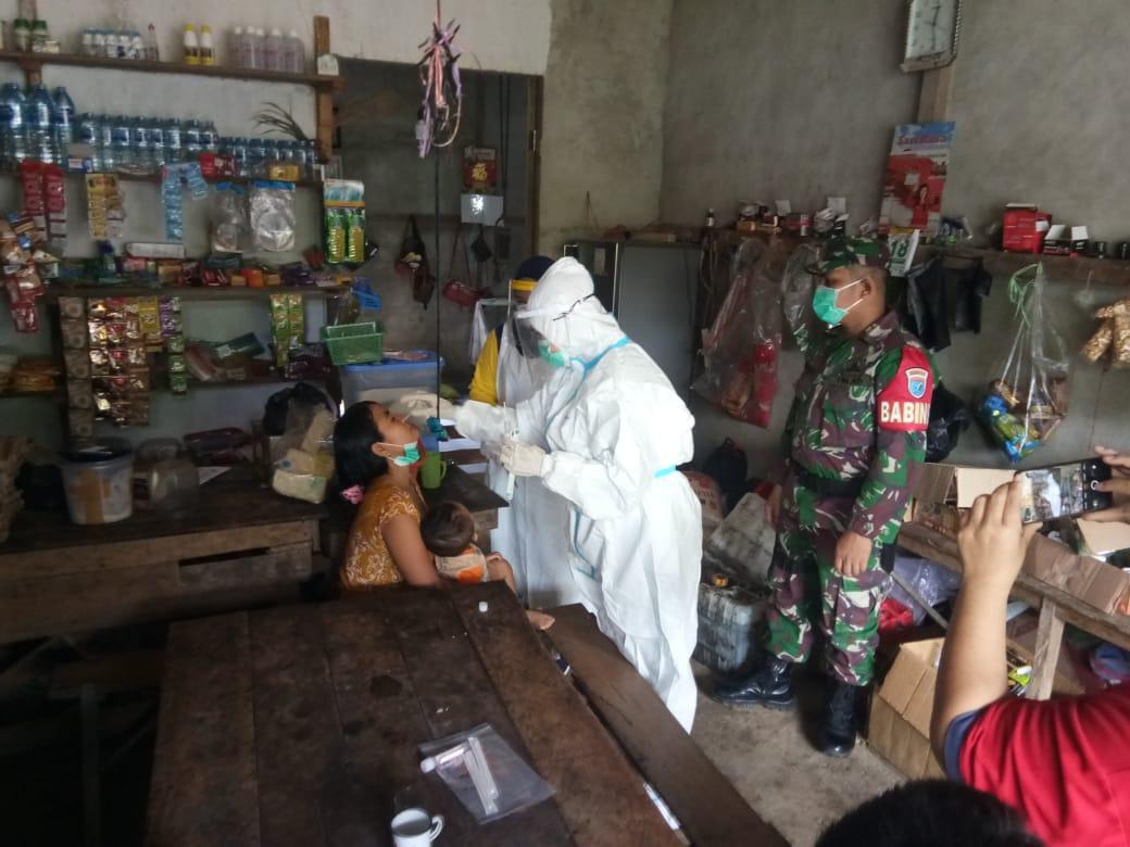 Babinsa Koramil Sengah Temila Kawal Tracing 17 Orang di Desa Keranji Paidang