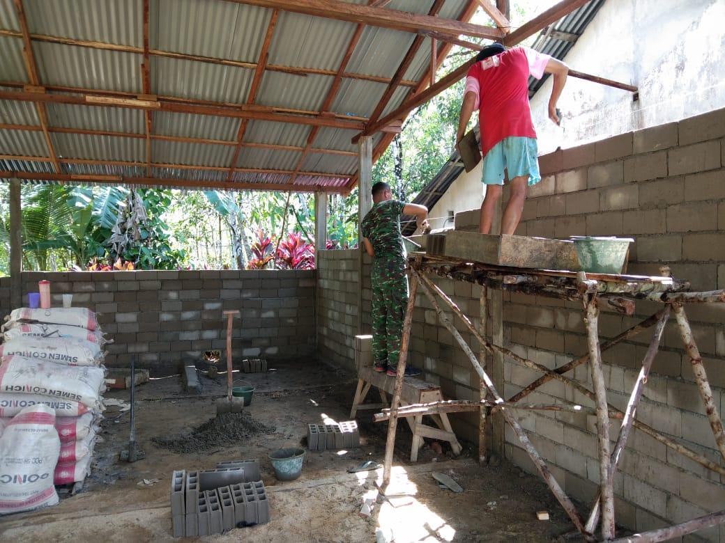 Kades Tempoak Apresiasi Babinsa Menjalin Bantu Bangun Rumah Warga
