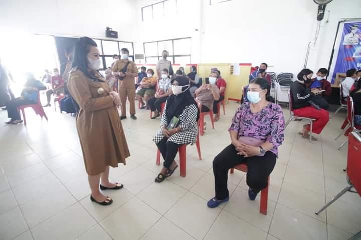 Bupati Karolin Tinjau Vaksinasi Massal di tingkat Kabupaten Landak