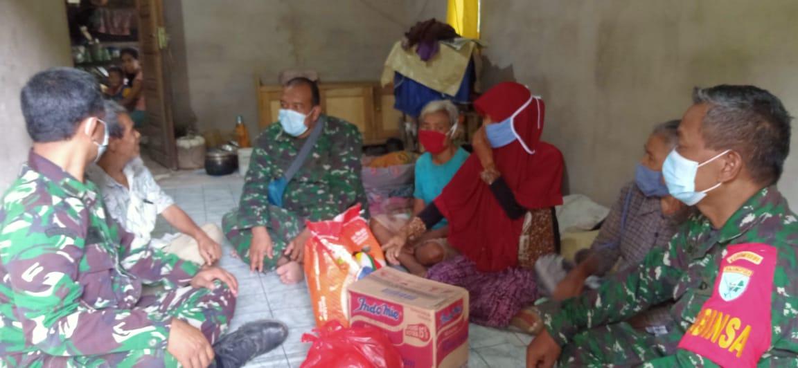 Koramil 12/Air Besar Bagikan Sembako Gratis Kepada Warga Desa Serimbu
