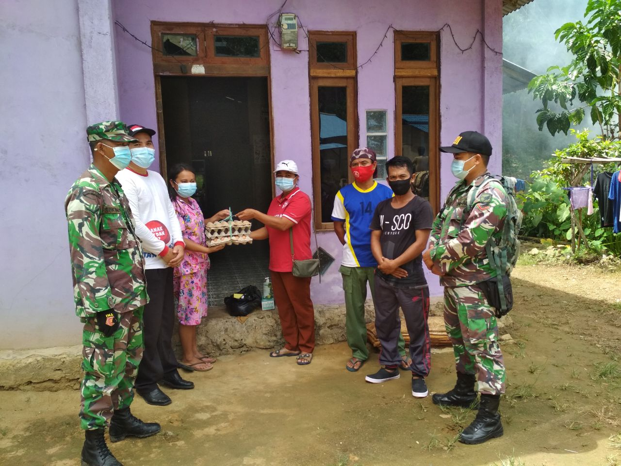 Satgas COVID-19 Desa Salumang Salurkan Sembako untuk Warga Isolasi Mandiri