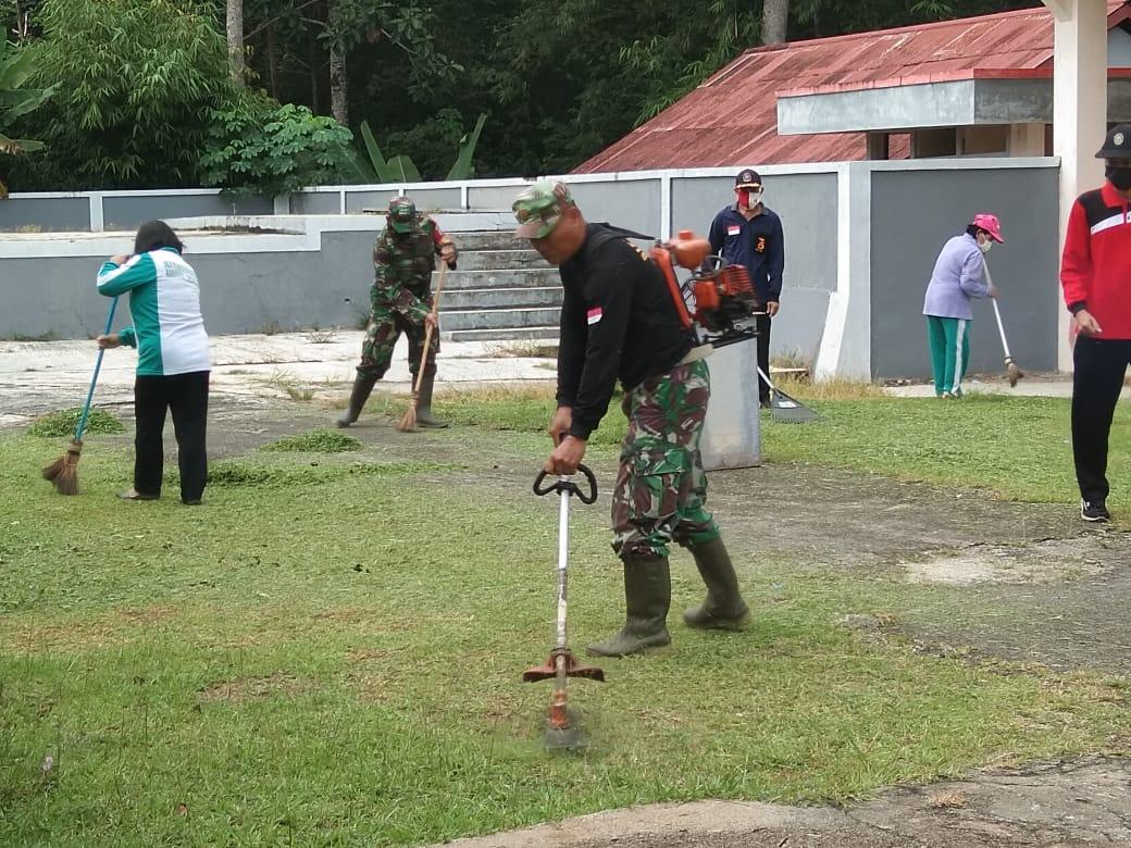 Bersama Muspika, Koramil Menjalin Gotong Royong Bersihkan Gereja