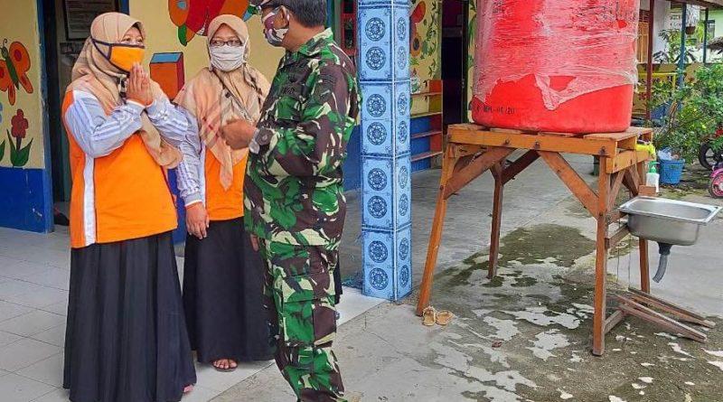 Kepala Informasi dan Pengolahan Data Daerah Militer (Kainfolahtadam) XII/Tanjungpura Kolonel Infanteri Yudo Wasono, staf pengajar Paud Al-Muhajirin serta warga setempat bahu membahu dalam kegiatan aksi kemanusian itu.