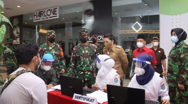 TNI-Polri dan Pemda saat ini bekerjasama melaksanakan serbuan vaksinasi dengan target semua kelompok masyarakat yang memenuhi syarat.