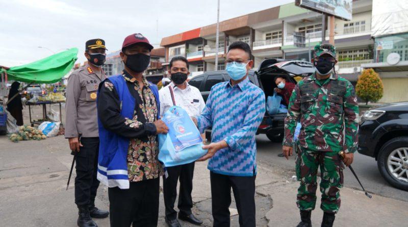 Wali Kota Pontianak Edi Rusdi Kamtono menyerahkan bantuan beras bagi juru parkir yang terdampak PPKM Darurat.
