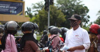 """""""Pembagian masker gratis kepada warga merupakan upaya membangun kesadaran warga dalam menerapkan protokol kesehatan pencegahan Covid-19,"""" kata Koordinator Gerakan Berbagi Untuk Warga wilayah Kalbar, Satriyo, Sabtu (10/7/2021)."""