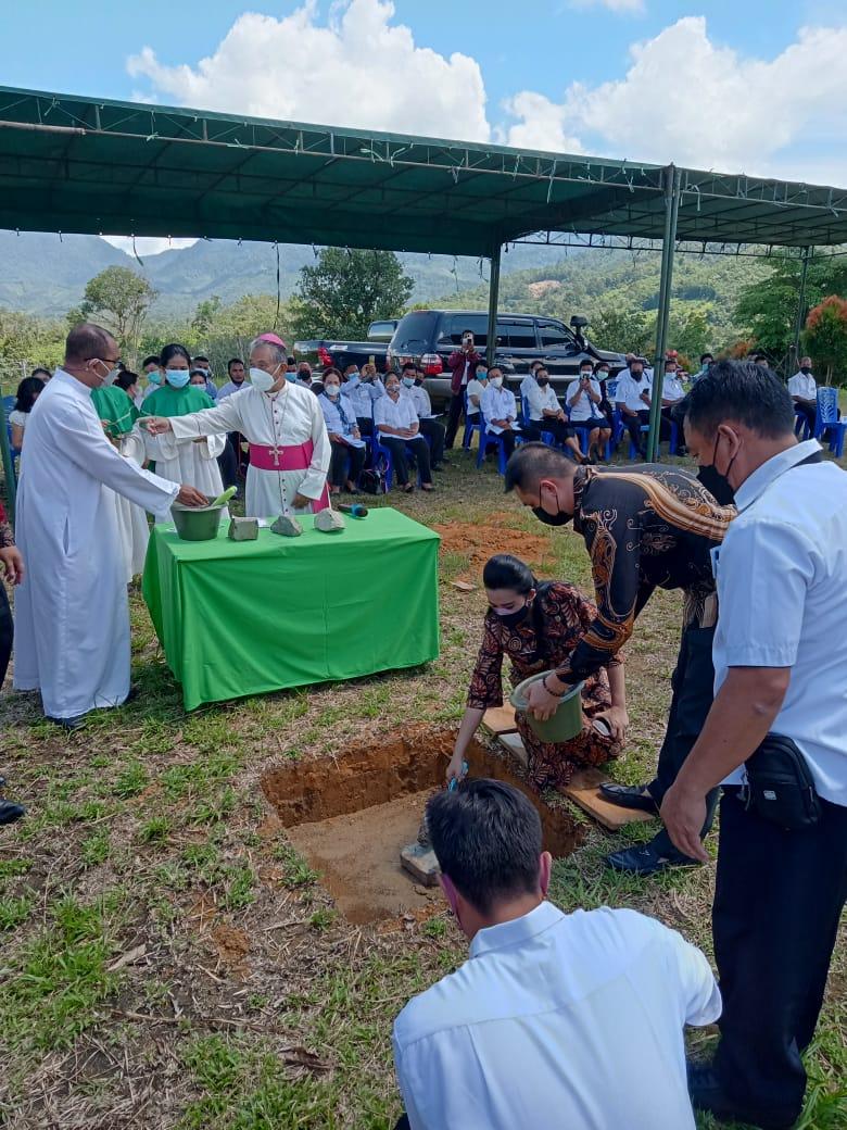 Bupati Landak Hadiri Peletakan Batu Pertama Gereja Santa Theresia Dari Kanak-kanak Yesus Desa Untang