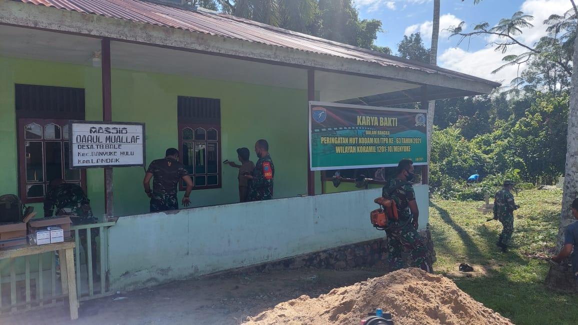 Karya Bakti, Koramil Menyuke Renovasi Masjid Darul Muallaf Tembawang Bale