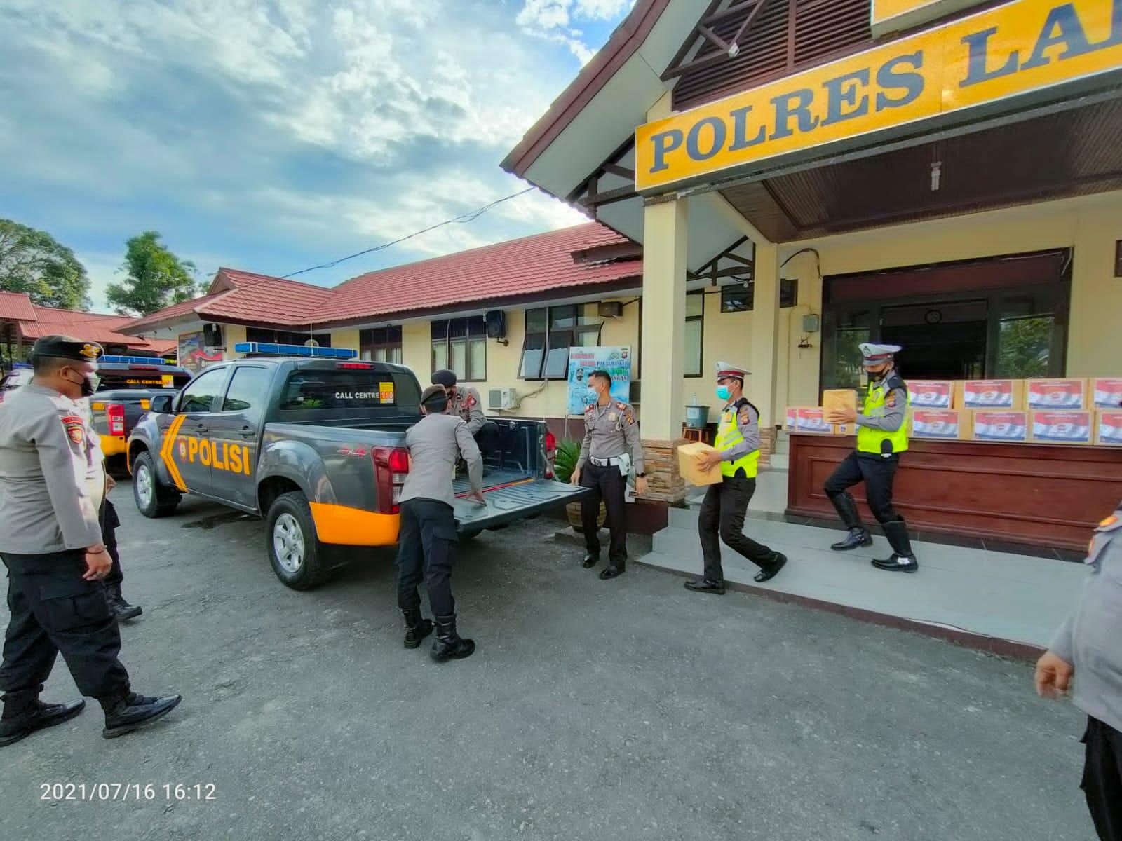 Dukung PPKM, Polres Landak Bagikan 150 Paket Sembako