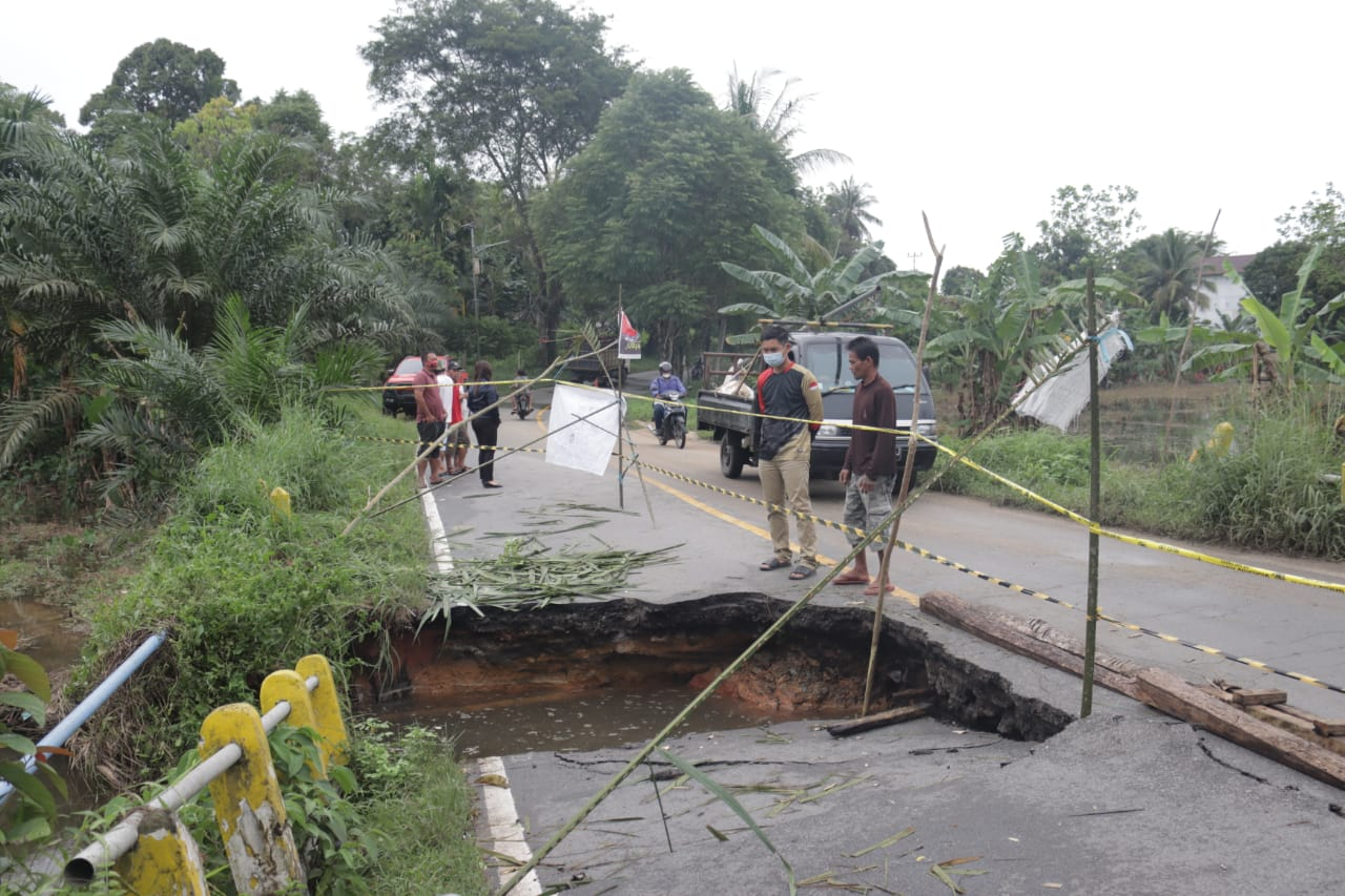 Pemkab Landak Mulai Tangani Sejumlah Jalan dan Jembatan yang Rusak Pasca Banjir