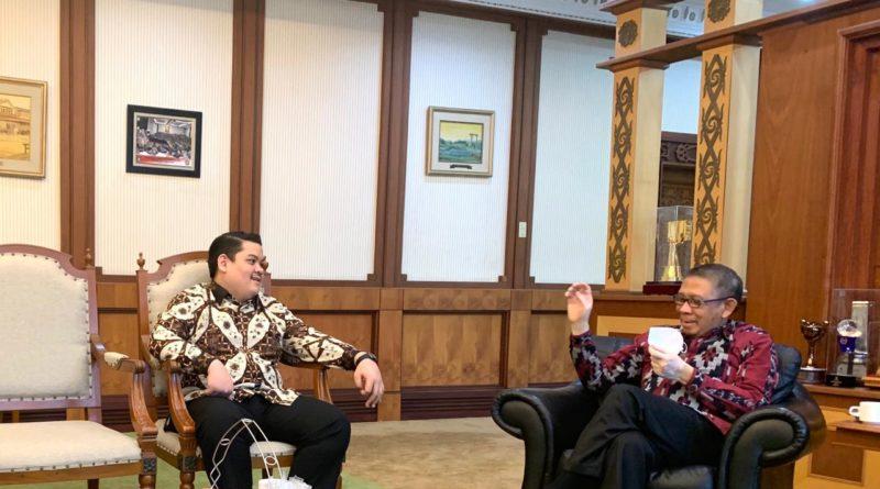 Ali Ghiffar putra Rinanto Soedjiman berdiskusi dengan Gubernur Kalimantan Barat, Sutarmidji, beberapa waktu lalu. Foto: Doc Pribadi.
