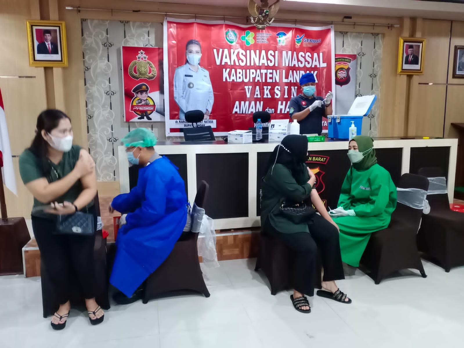 599 Orang Ikuti Vaksinasi Massal di Polres Landak