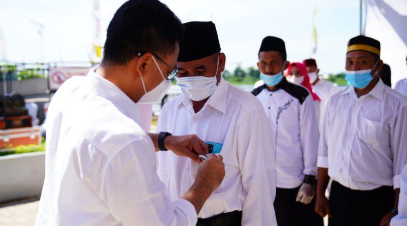 Wali Kota Pontianak Edi Rusdi Kamtono menyematkan pin secara simbolis pada pengukuhan Pengurus Forum Masyarakat Pontianak Utara.