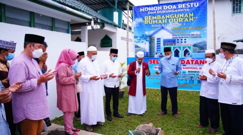 Wali Kota Pontianak Edi Rusdi Kamtono melakukan peletakan batu pertama pembangunan Rumah Quran Al Muhajirin di Komplek Bali Agung 2 Pontianak.