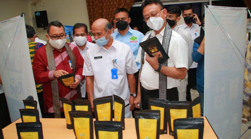 Wali Kota Pontianak Edi Rusdi Kamtono melihat produk-produk UMKM usai diluncurkan di Aula Rohana Muthalib Kantor Bappeda Kota Pontianak.