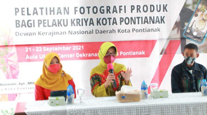 Ketua Dekranasda Kota Pontianak Yanieta Arbiastutie Kamtono membuka pelatihan fotografi produk bagi pelaku kriya di Gedung UMKM Center.